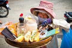 De verkoper van het straatvoedsel in de straat in Neak Leung, Kambodja Royalty-vrije Stock Foto's