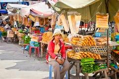 De verkoper van het straatvoedsel in de straat in Neak Leung, Kambodja Royalty-vrije Stock Afbeeldingen