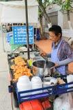 De verkoper van het straatvoedsel in Thailand Stock Foto's