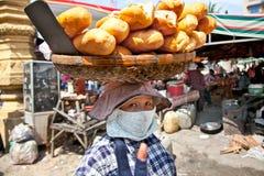 De verkoper van het Treetvoedsel in de straat in Neak Leung, Kambodja Royalty-vrije Stock Foto