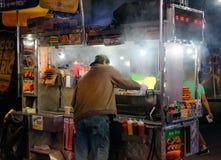 De verkoper van de hotdogtribune in de stad van New York, gezien kokende hotdogs Stock Fotografie