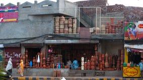 De verkoper van kant van de wegpotten in Lahore, Pakistan Royalty-vrije Stock Afbeeldingen