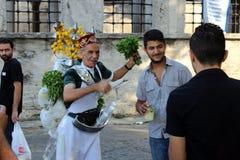 De verkoper van limonade in traditionele kostuums verkoopt limonade in Istanboel, Royalty-vrije Stock Fotografie