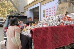 De verkoper verkoopt peren op kleine vrachtwagen in de winter, rgb adobe stock afbeelding