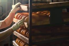 De verkoper zet brood op de plank stock fotografie