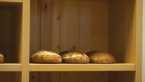 De verkoper zet het brood op de teller stock footage
