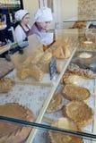 De verkopers in een bakkerij winkelen royalty-vrije stock afbeelding