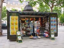 De verkopers van kranten langs de straat in Parijs. 19 juni, 2012. Stock Afbeelding