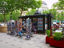 De verkopers van kranten langs de straat in Parijs. 19 juni, 2012. Royalty-vrije Stock Fotografie