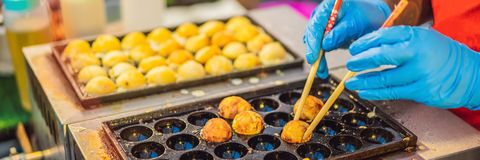 De verkopers verkopende zeevruchten van het straatvoedsel in de nachtmarkt Het straatvoedsel is kant-en-klare die voedsel of dran royalty-vrije stock fotografie