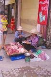 De verkopersvrouw van het varkensvlees stock foto