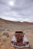 De verlaten auto is woestijn stock afbeeldingen