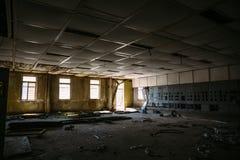 De verlaten bouw binnen binnenlandse, grote donkere ruimte met vensters Royalty-vrije Stock Fotografie