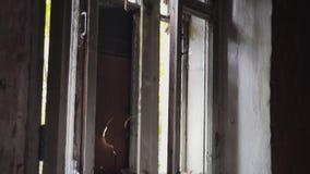 De verlaten Bouw Close-up van het gebroken open venster