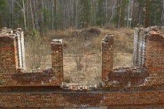 De verlaten bouw in een bos Royalty-vrije Stock Foto