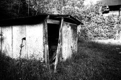 De verlaten bouw in een zwart-witte spookstad Stock Foto's