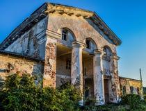 De verlaten bouw op de rand van de stad Royalty-vrije Stock Afbeelding