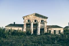 De verlaten bouw op de rand van de stad Royalty-vrije Stock Foto