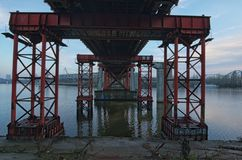 De verlaten brug werd versterkt met speciale steunen om verdere vernietiging te verhinderen Kyiv, de Oekraïne Stock Afbeeldingen