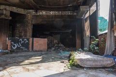 De verlaten club van de discobar met matras op de vloer stock afbeeldingen