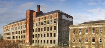 De verlaten fabriek en bureaubouw stock afbeeldingen