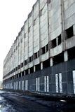 De verlaten fabrieksbouw in de stad royalty-vrije stock afbeelding