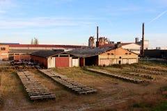 De verlaten houten bouw van de meubilairfabriek stock foto
