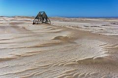 De verlaten houten bouw in de woestijn royalty-vrije stock fotografie