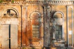 De verlaten Industriële Bouw Oude baksteenpakhuis de bouwvoorgevel Royalty-vrije Stock Afbeelding