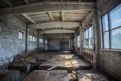 De verlaten kleine industriële bouw Vroeger ketelruim royalty-vrije stock afbeeldingen