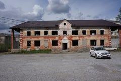 De verlaten oude bouw zonder deuren en vensters Stock Fotografie