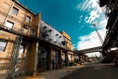 De verlaten oude chemische fabrieksbouw Stock Foto's