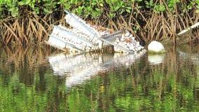 De verlaten plastic vlotter van het visserijvlot in de rivier, milieuvervuiling stock video