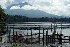 De verlaten Rottende kooien van bamboevissen langs bergmeer royalty-vrije stock fotografie