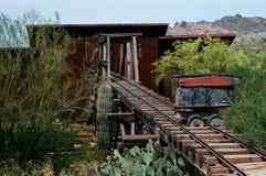 De verlaten rustieke mijnbouwbouw in oude stad stock afbeelding