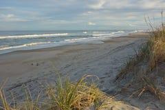 De verlaten stranden van Noord-Carolina op bewolkte dag Stock Afbeeldingen