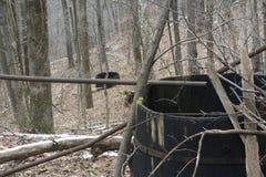 De verlaten tanks van de olieopslag in bos stock foto