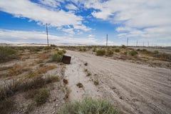 De verlaten verouderde CRT Televisie van de jaren '90 zit naast een eenzame weg van de vuilwoestijn in het Salton-Zeegebied van C stock foto's