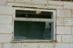 De verlaten witte bouw met rot venster royalty-vrije stock afbeelding
