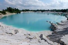 De verlaten zoutmijnen verlaat mooi landschap met blauw meer en witte glanzende rotsen stock foto's