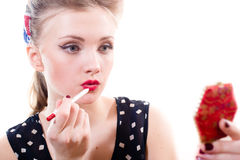 De verleidelijke aantrekkelijke jonge blonde pinupvrouw trekt de rode close-up van de lippenvoering op wit portret als achtergron Royalty-vrije Stock Afbeeldingen