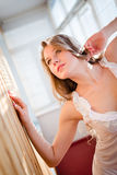 De verleidelijke jonge mooie vrouw die in pyjama's omhoog op balkon met blinden kijken steekt op achtergrondportret aan Stock Fotografie