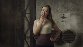 De verleidelijke mooie wijsvinger van de vrouwenholding dichtbij lippen stock videobeelden