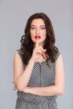 De verleidelijke vinger van de vrouwenholding op de lippen Royalty-vrije Stock Foto's