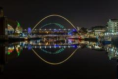 De verlichte bruggen van Rivier de Tyne, Newcastle, bij nacht royalty-vrije stock afbeeldingen