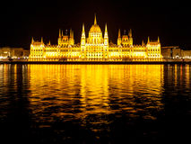 De verlichte historische bouw van het Hongaarse Parlement op de Rivierdijk van Donau in 's nachts Boedapest Royalty-vrije Stock Afbeelding