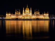 De verlichte historische bouw van het Hongaarse Parlement op de Rivierdijk van Donau in 's nachts Boedapest Royalty-vrije Stock Fotografie