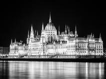 De verlichte historische bouw van het Hongaarse Parlement op de Rivierdijk van Donau in 's nachts Boedapest Royalty-vrije Stock Afbeeldingen