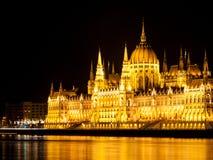 De verlichte historische bouw van het Hongaarse Parlement op de Rivierdijk van Donau in 's nachts Boedapest Royalty-vrije Stock Foto