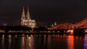 De verlichte Kathedraal van Keulen bij nacht in Keulen Stock Afbeeldingen